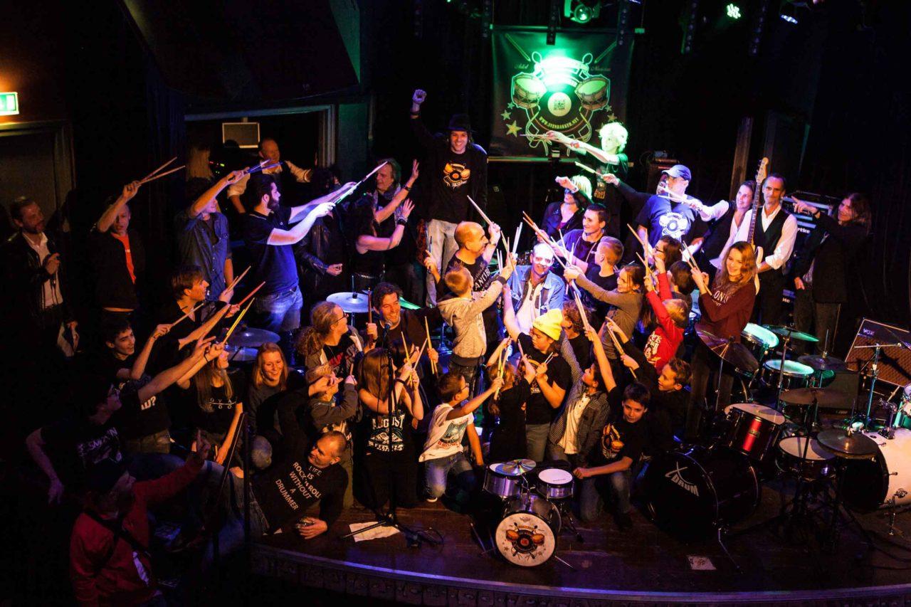 Met z'n allen op het podium tijdens het feest ter ere van het 10-jarig bestaan van Drumschool Sven Bakker