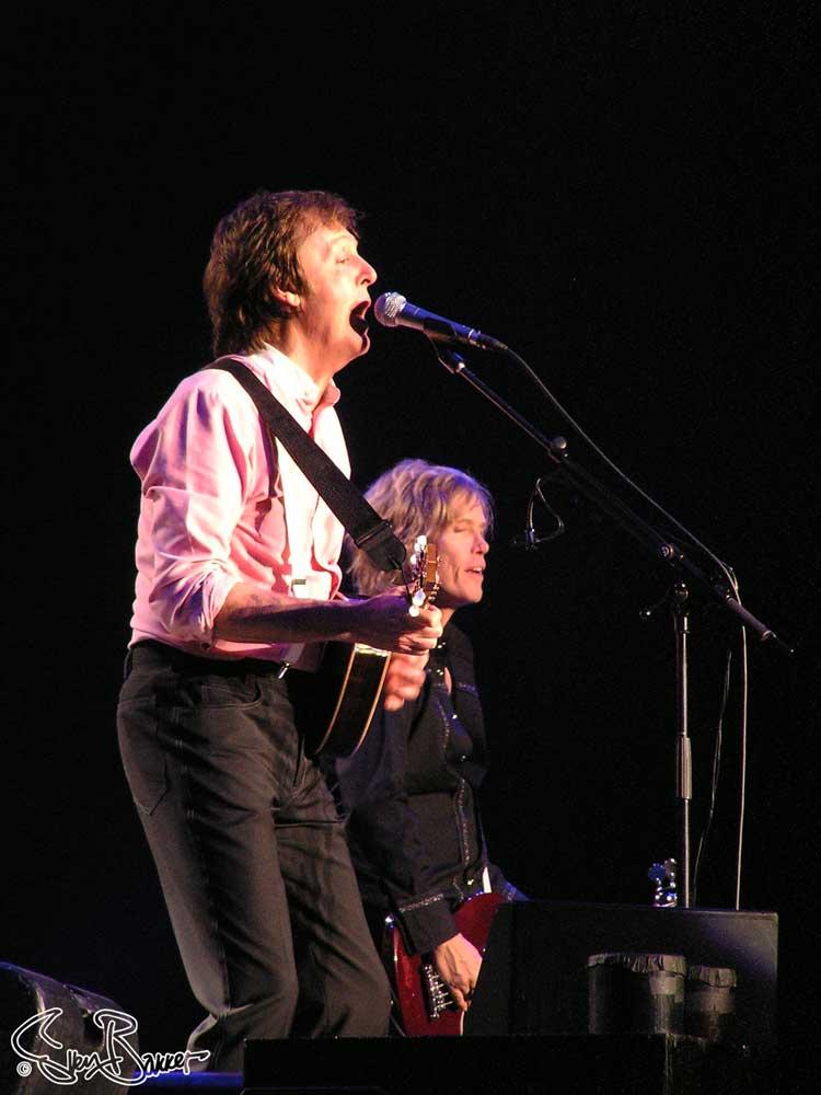 Paul McCartney and Brian Ray @ Gelredome, Arnhem (Sven Bakker)