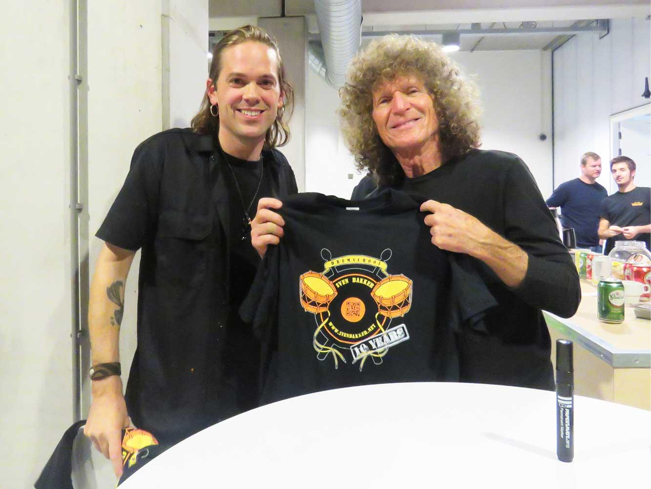 TommyAldridge met officiëel shirt met logo voor 10-jarig bestaan Drumschool Sven Bakker